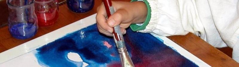 bimbo che dipinge